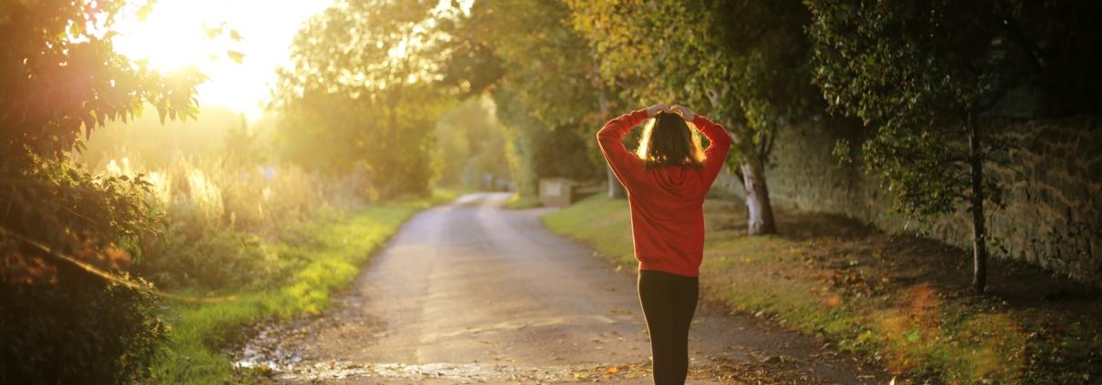 vrouw in sportkleding op bospad