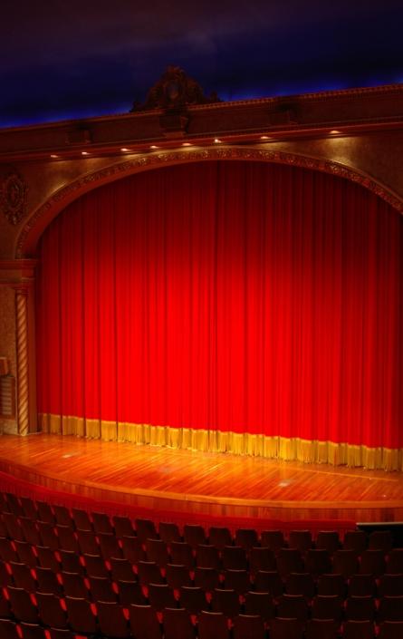 Rood gordijn en podium