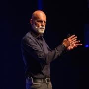 Frans Reichardt als spreker op een podium