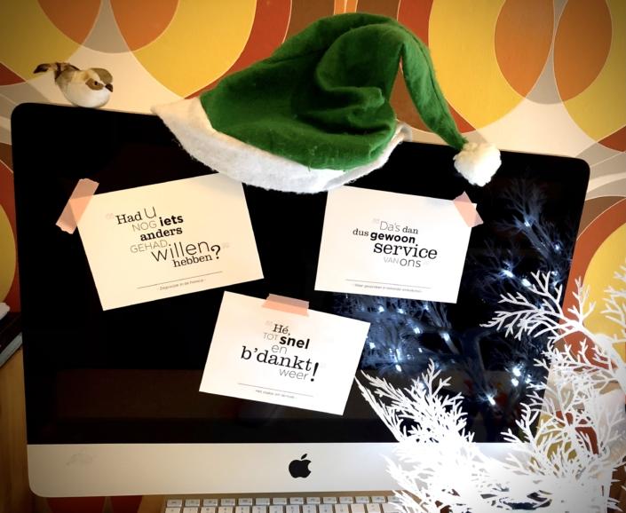 Ansichtkaarten met bedankteksten, op computerscherm geplakt
