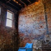 Lege zolderkamer met raam waar licht door naar binnen schijnt